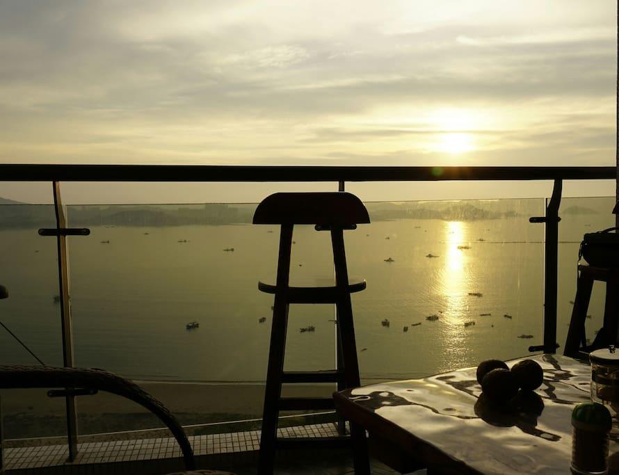 阳台独自的吧台椅迎接太阳从海面冉冉升起