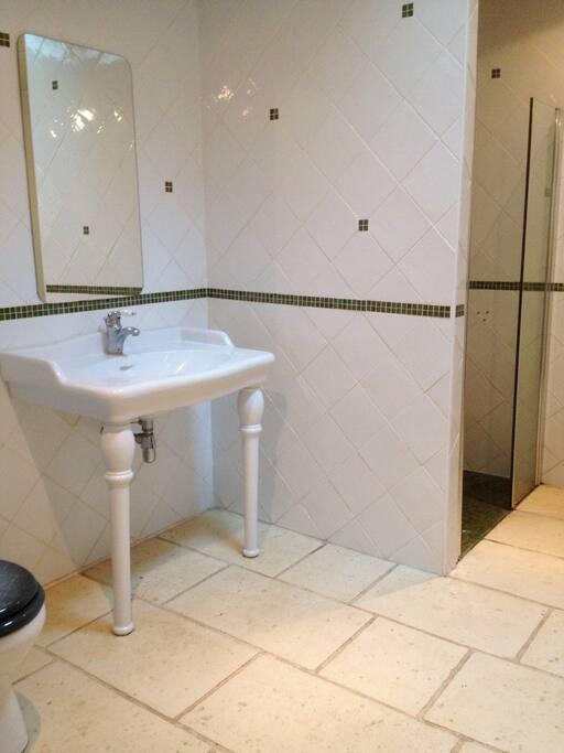 Salle d'eau avec toilettes, douche à l'italienne