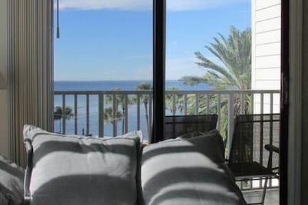 2BR/2BA onTampaBay's waters, 3 mile from TIAirport