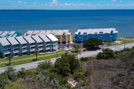 Bay Breeze: Fun Waterfront Unit with PaddleBoards