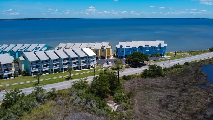Bay Breeze: Relaxing Waterfront Unit with Kayaks