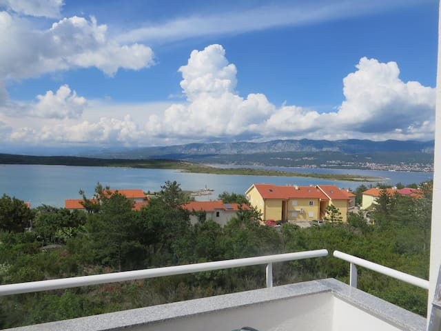 Sweet apartment with air-c just 80m from the beach