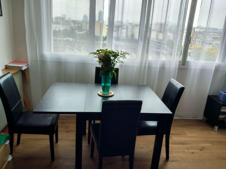 Table à manger avec rallonges (jusqu'à 8 personnes)