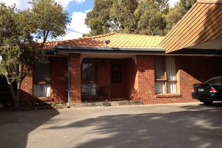 Queen bed 10 Mins from Melb Airport