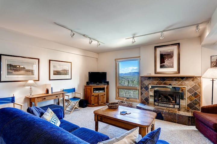 Bright condo w/ stunning mountain view & shared hot tubs, sun deck & fitness