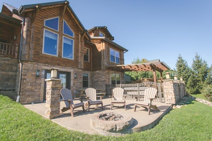 Family Size Cabin with Kitchen, Fireplace, Hot Tub