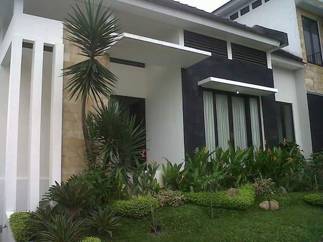 SPACIOUS HOUSE AT VILLA KUSUMA PINUS, BATU - Kecamatan Batu - Villa