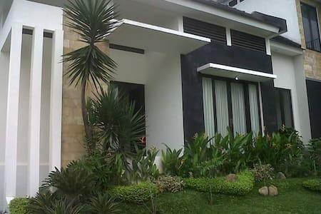 SPACIOUS HOUSE AT VILLA KUSUMA PINUS, BATU - Kecamatan Batu