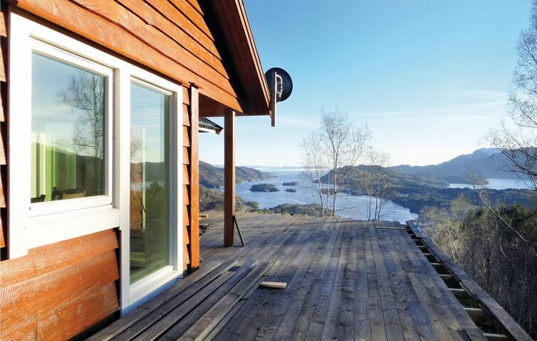Holiday cottage with 4 bedrooms on 125 m² in Holmefjord