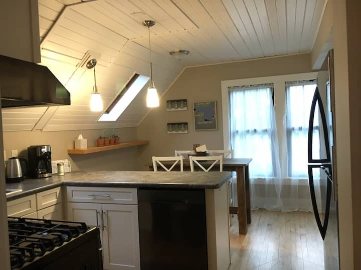 Sunny 2 Bedroom, Convenient to Everything!