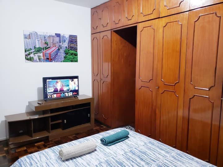 Quarto amplo com suíte, closet e tv no Brooklin!