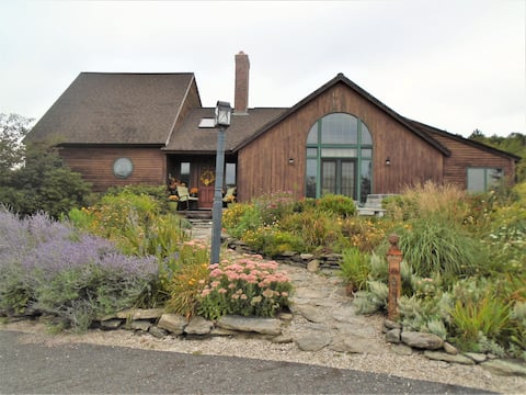 Beautiful gardens/ pond, guest suite. 4 twin beds