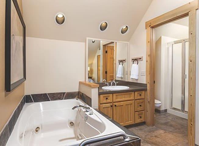 Eagle Crest 3-Bedroom Condo w/Spa in Master Bath