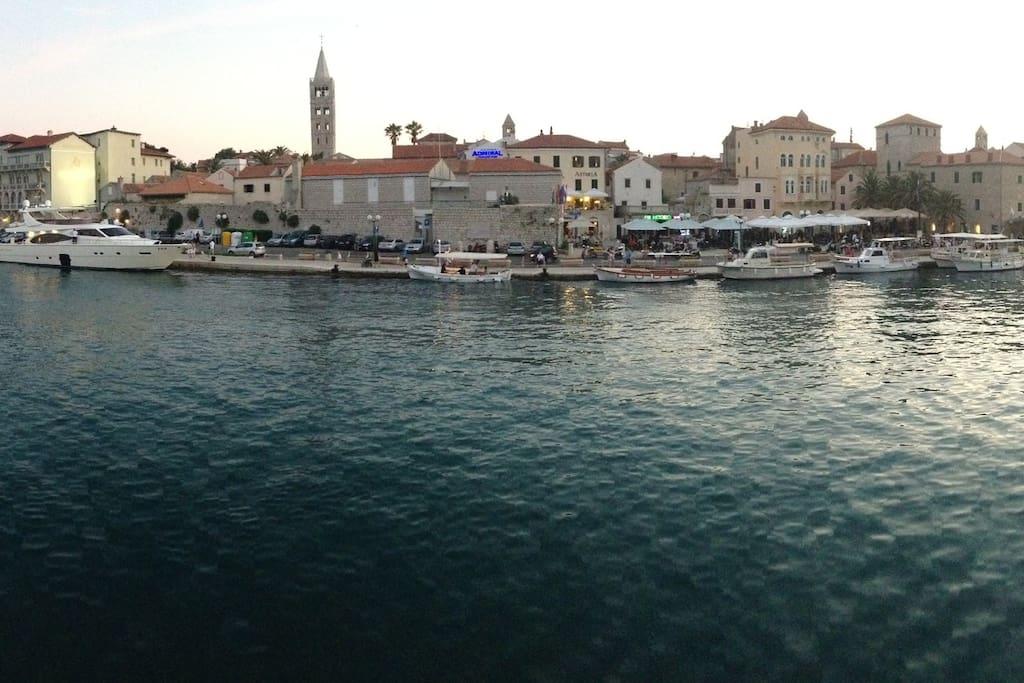 Ausblick von der Yacht auf die Altstadt Rab