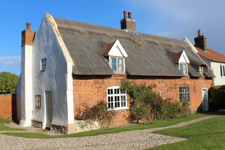 Thatched cottage in coastal village - Sea Palling