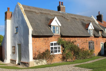 Thatched cottage in coastal village - Sea Palling - House