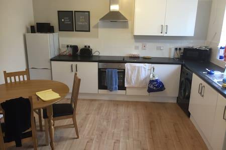 Private, en-suite room town centre - 史雲頓(Swindon)