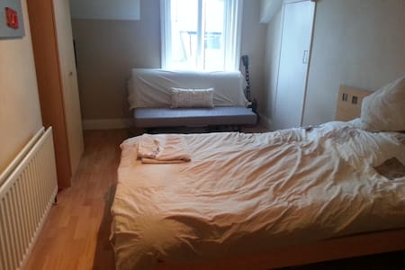 1 double bedroom and use of house! - Sunderland - Dom