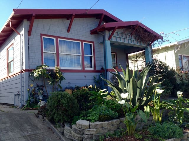 Cute Bungalow close to Temescal