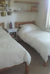 twin room rural 15 min from basingstoke. - Tadley - Haus