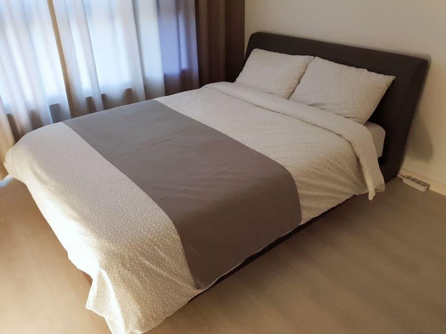 편안한 호텔식침대(퀸사이즈)가 제공되며 블라인드와 비교가안되는 고급 호텔형 암막커튼이 시공 되어있어요~ (침구의 디자인은 사진과 다를수 있습니다)
