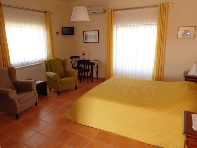 A Luz - ruime gastenkamer - Alvaiade - Bed & Breakfast