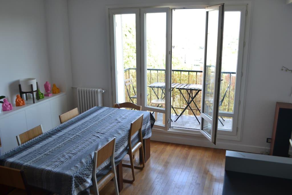 salon, avec cuisine ouverte et une vue dégagée. Possibilité de petit déjeuner sur le balcon avec le beau temps.