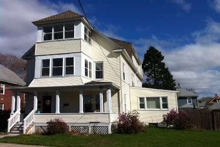 1-2 rooms available - med room - Holyoke - Leilighet