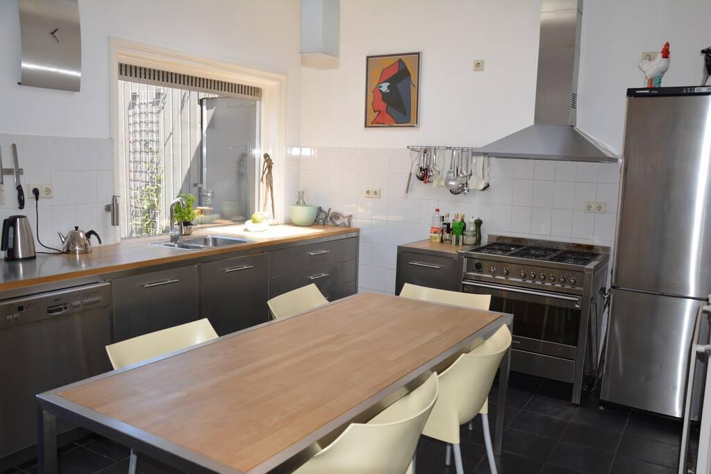 De keuken met uitzicht naar de tuin.