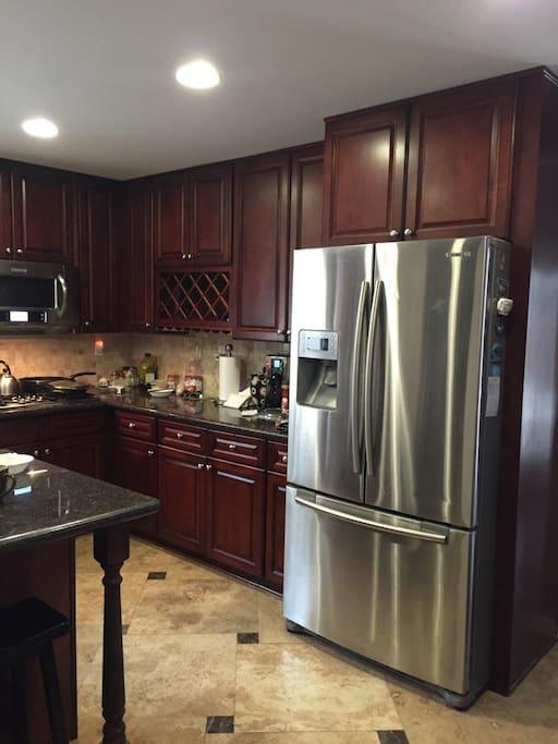 Big Open kitchen with all plates pot utensils 开放式厨房备有所有锅碗瓢盆