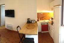 pièce de vie avec TV comptoir, salon, table basse relevable, cuisine équipée