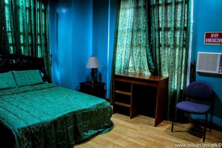 Private Room Queen Bed at M and M Vacation Home