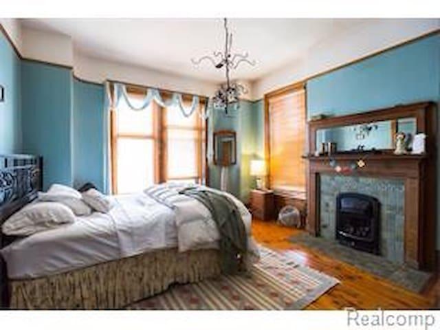 Deluxe master bedroom, Midtown, WSU
