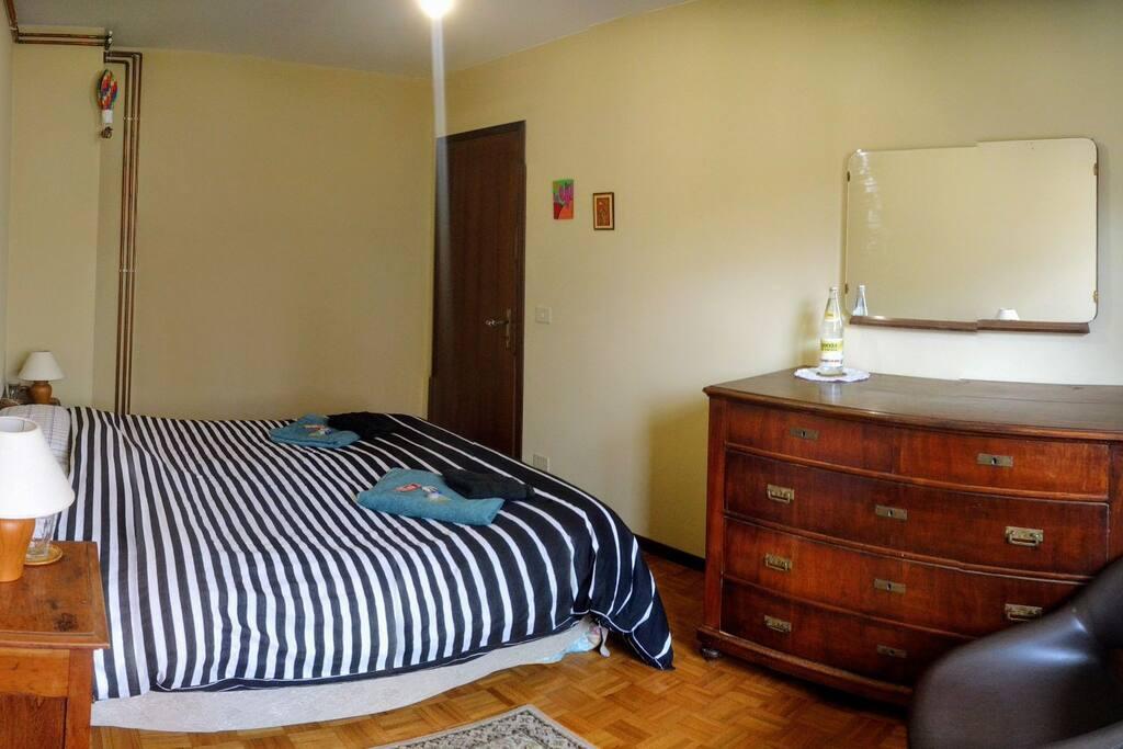 La camera da letto, appena ridipinta e rimodernata The bedroom, just repainted and refurbished