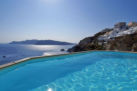 Nos Suite in Oia for 4 sea view