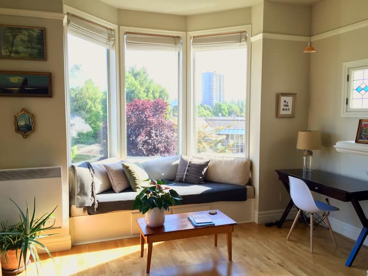 Bright, Charming 1-bedroom suite in James Bay