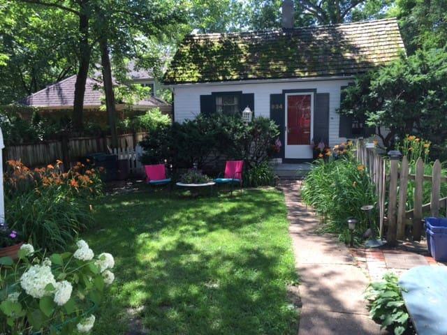 Winnetka cottage walk to everything - Winnetka - House
