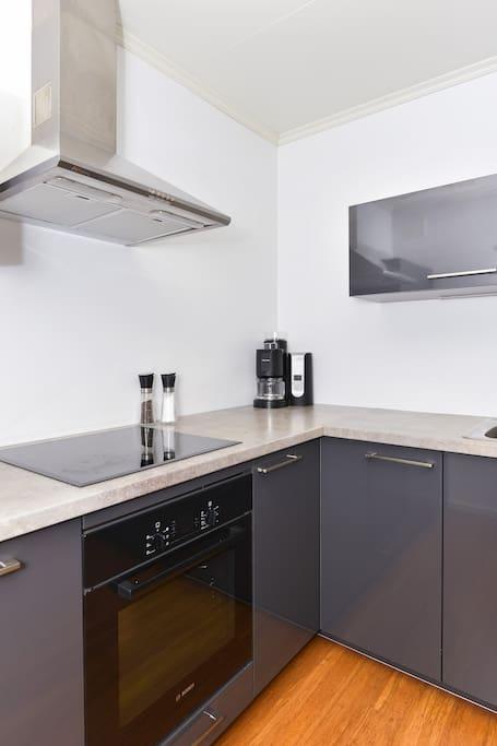 Nytt moderne kjøkken med induksjonstopp.