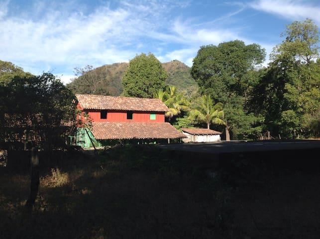 Bella centenaria casa hacienda - Chinandega - House
