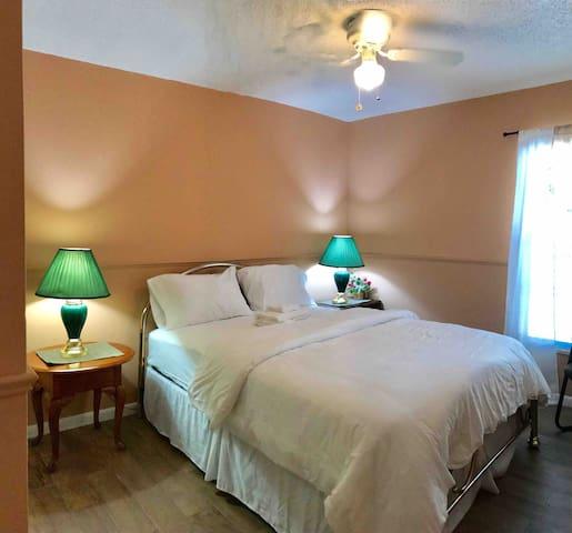 3rd bedroom ( queen bed)