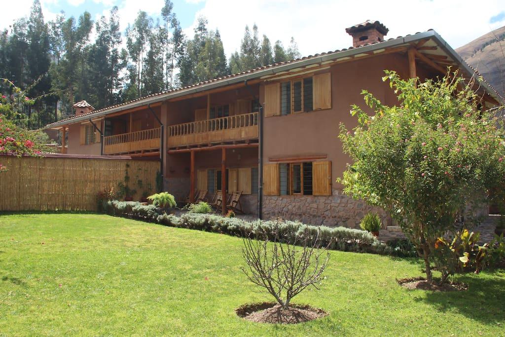 Se ofrecen 2 casas, el jardin permite intimidad entre los 2 ambientes