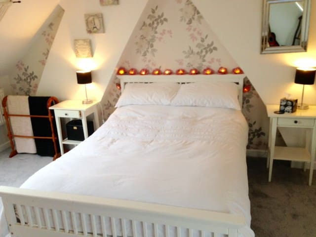 Lovely attic room in Victorian house. - Trowbridge - Dům