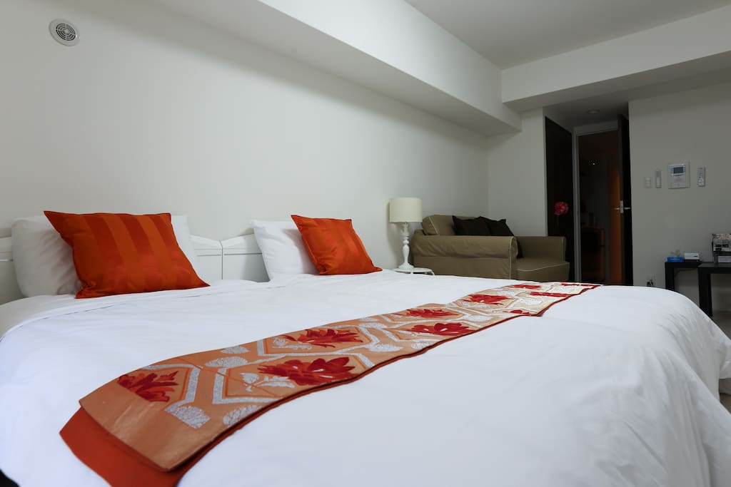 2 single beds and W sofa bed can accommodate up to 4 people