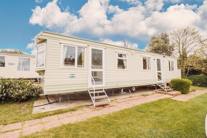 Great 6 berth holiday home on a superb holiday park in Norfolk ref 10020RP