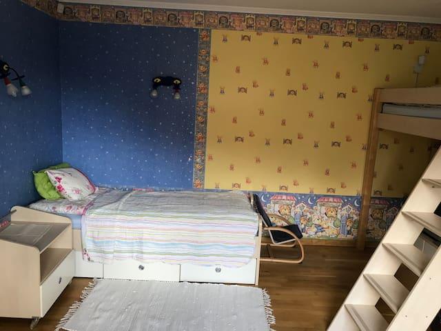 Кровать (90/200) на втором этаже . И вторая кровать 90/ 200 двухъярусная