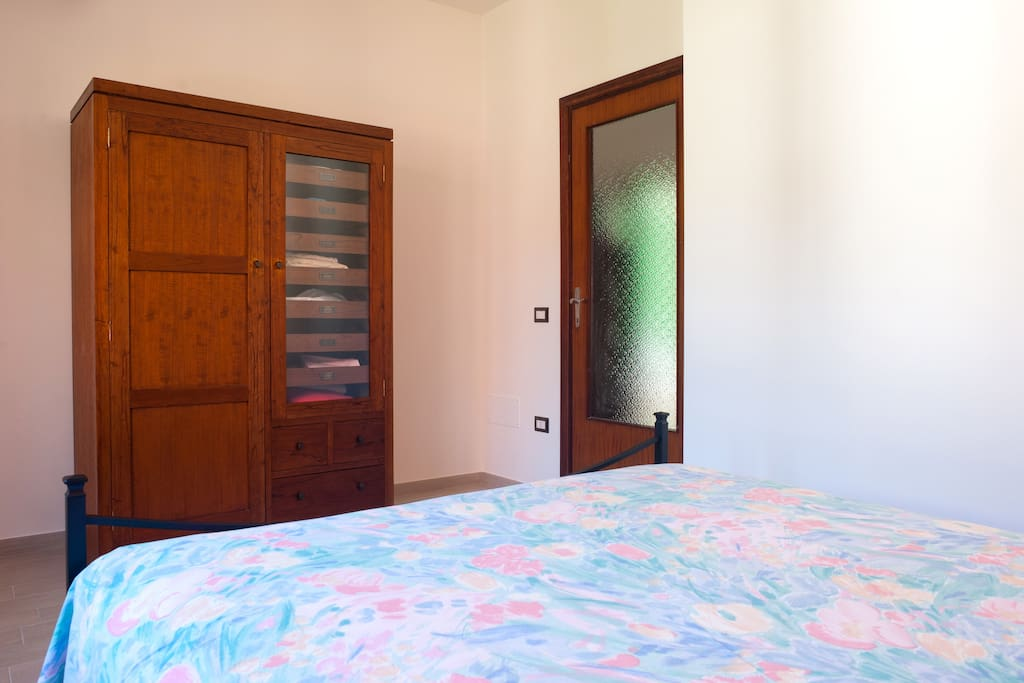 The room, silent and air conditioned, and if you need, there will be always free towel. Votre chambre, avec le lit très comfortable et l'armoire toujours avec des serviettes pour vous.