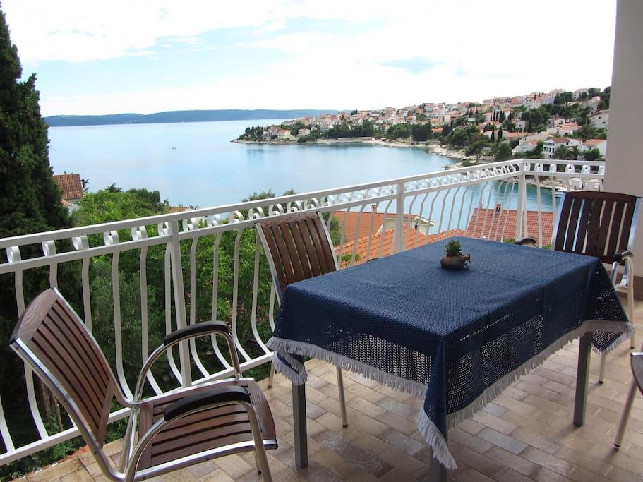терраса с видом на Адриатическое море и остров Шолта
