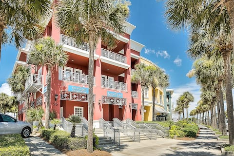 Centrally located condo near shopping & the beach w/ shared pool & tennis courts