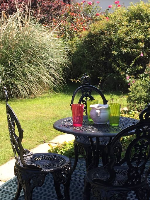 Stunning garden to relax in. Outdoor dining and a game of boules on the lawn!