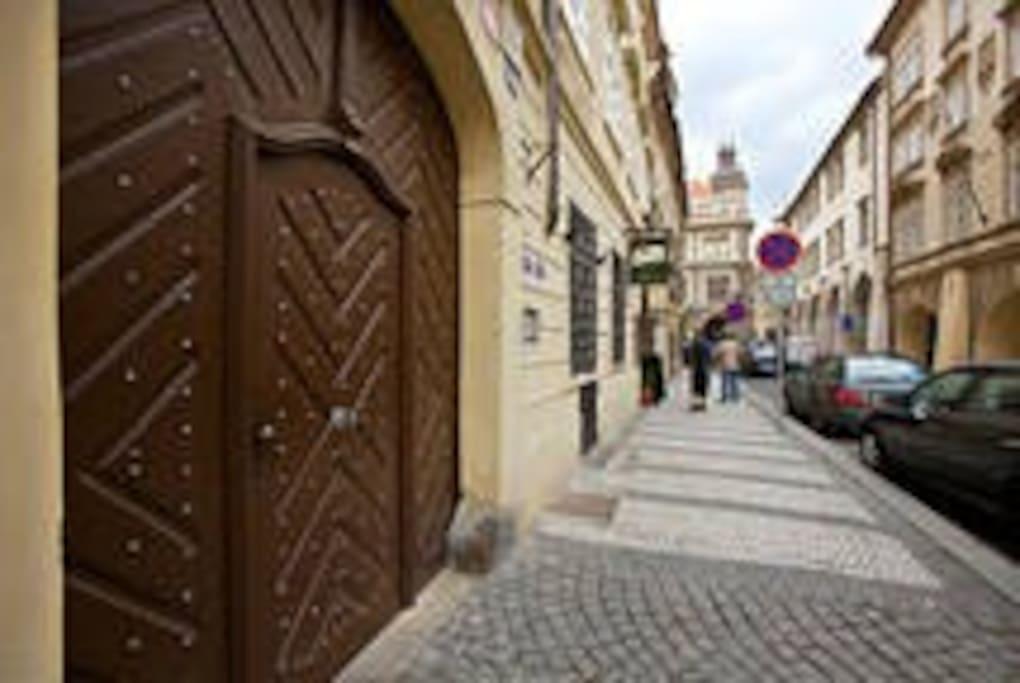Vstup do domu z  Tomášské ulice